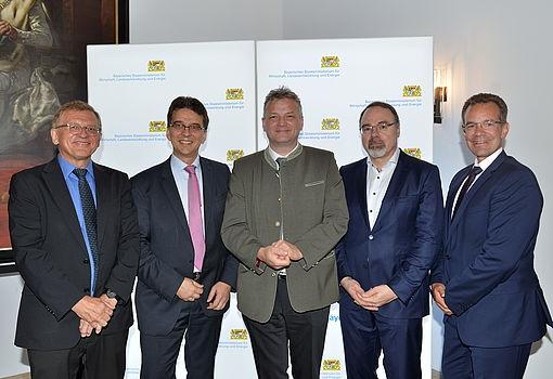 Staatssekretär Weigert mit wichtigen Protagonisten des Auftaktkongresses zur FTI-Strategie © StMWi/A.Schmidhuber (v.l.: Prof. Dr. Knut Koschatzky, Dr. Olaf Arndt, STS Weigert, Prof. Dietmar Harhoff, Dr. Rainer Sessner))