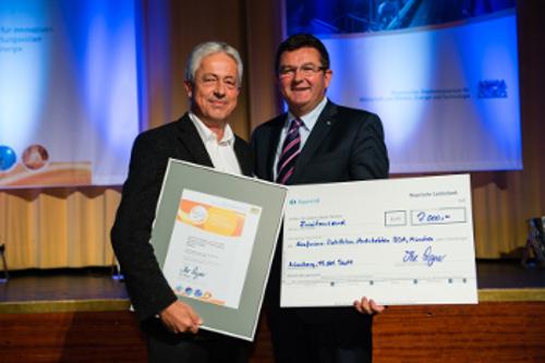Florian Lichtblau (links) nimmt den Preis aus der Hand von Franz Josef Pschierer entgegen. Bild: Matthias Merz/Bayern innovativ GmbH