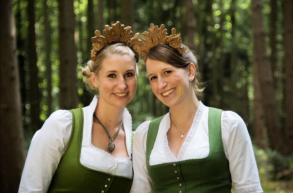 Waldkönigin Anna Maria Oswald (rechts) und Waldprinzessin Manja Rohm (links). Fotos: Bayerischer Waldbesitzerverband